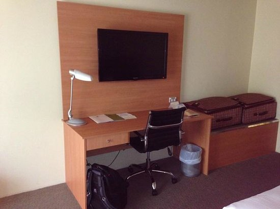 DoubleTree by Hilton Hotel Alice Springs: TV und Ablage