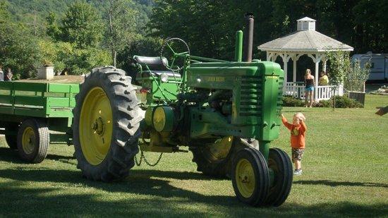 Bucktail Camping Resort: Hay Wagon Tractor