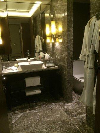 Siam Kempinski Hotel Bangkok: Das Badezimmer im Schlafzimmer.