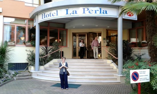 Hotel La Perla: Main entrance to hotel