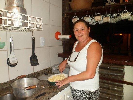 Pousada Casa do Angelo: eu na cozinha comunitaria fazendo  salada de batata pro churrasco