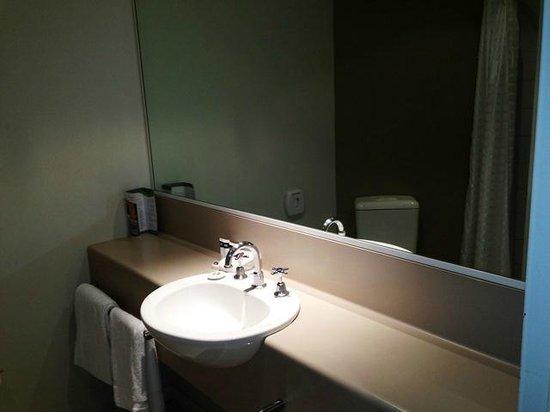Travelodge Hotel Melbourne Southbank: Waschtisch mit Ablagemöglichkeit