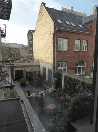 Bertrams Guldsmeden - Copenhagen: View out to the garden