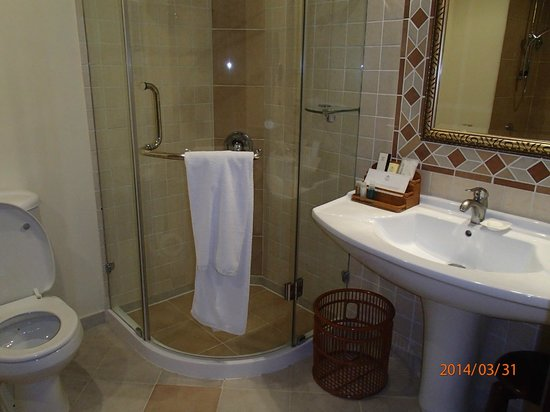 Excelsior Grand Hotel: Clean bathroom