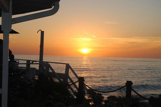 Pearl Beach Inn: sunset on the deck