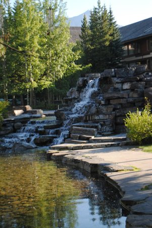 Delta Hotels by Marriott Kananaskis Lodge: Fountain outside of hotel