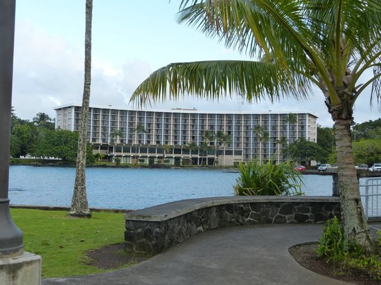 Castle Hilo Hawaiian Hotel: View of Hotel from Coconut Island