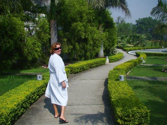 Ramada Plaza JHV Varanasi: Lindos jardins até a piscina!