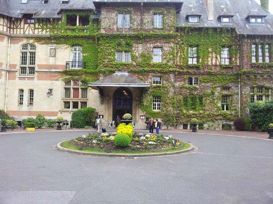 Hotel Chateau de Montvillargenne: L'entrée