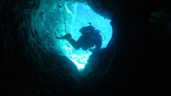 Neptunes Diving Malta: Martin atravessando pequena túnel na rocha, eu logo atrás..