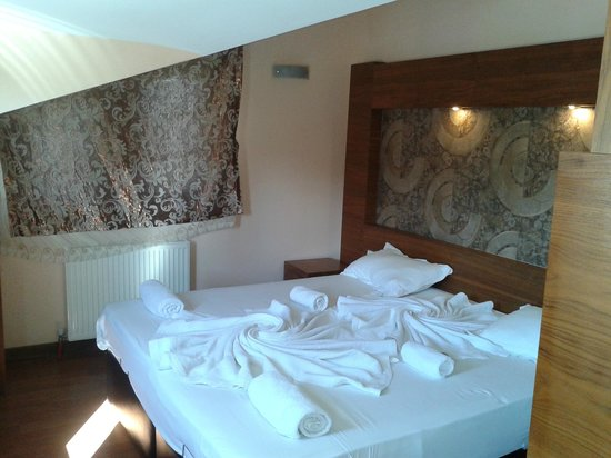 Dinara Hotel: Номер, кровать