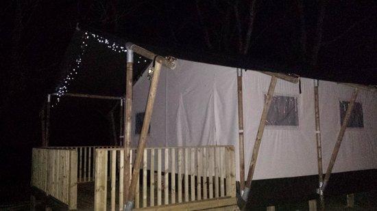 Sandaway Beach Holiday Park: Safari tent at night
