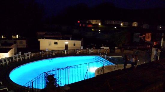Sandaway Beach Holiday Park: Pool at night