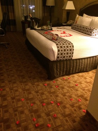 Crowne Plaza Austin : Room decorated for our Anniversary
