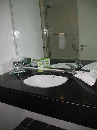 The Glasshouse: washbasin