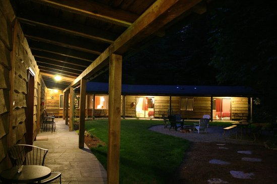 Horse Creek Lodge & Outfitters: Delta House walkway at night