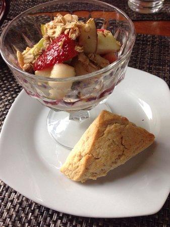 Pheasant Field Bed & Breakfast: Yogurt parfait with a cinnamon scone.