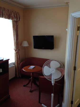 Best Western Plus Dover Marina Hotel & Spa: TV and sitting area