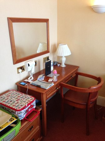 Best Western Plus Dover Marina Hotel & Spa: Desk and mirror