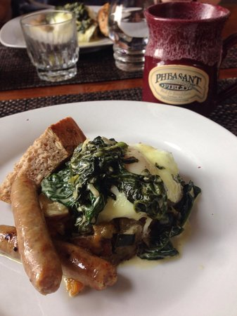 Pheasant Field Bed & Breakfast: Delicious poached eggs florentine over perfectly roasted potatoes and squash finished with break