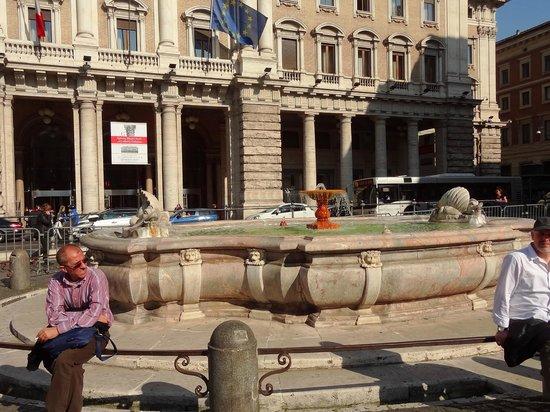 Colonne de Marc-Aurèle : Fountain at Piazza Colonna...beside Column.