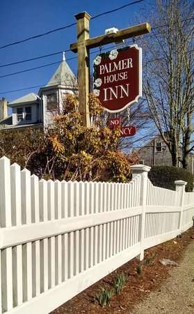 Palmer House Inn: Daffodills popping up in front.