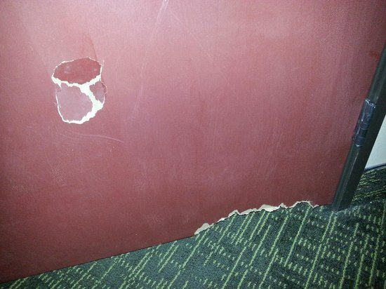 Country Inn & Suites By Carlson, Cedar Rapids North: Damaged bedroom door