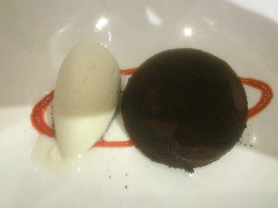 Casa Fermin : Pastel de chocolate con manzana y helado de cuajada de oveja