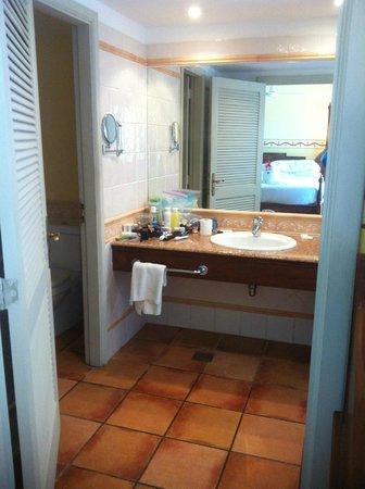 Royalton Hicacos Varadero Resort & Spa: Bathroom. To ther ight was a giant soaker tub.