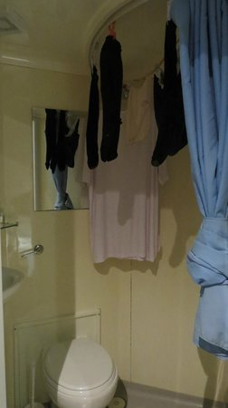 Astons Apartments : Not much room to hang the laundry - it is over the toilet
