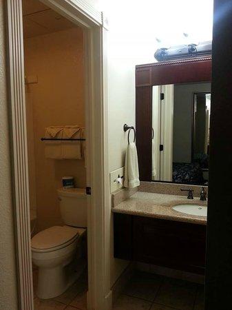 Chalet Motel: Nice remodeled bathroom!
