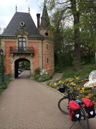 Brasserie du casino : Small gatehouse outside on restaurant grounds