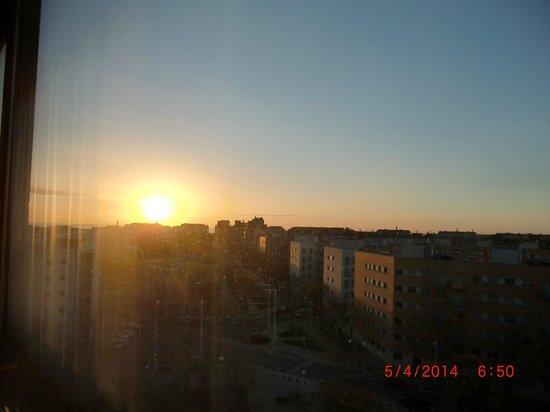 H10 Marina Barcelona Hotel : Sonnenaufgang über dem Meer von unserem Zimmer aus