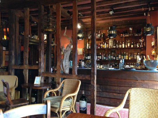 The Farmhouse at Redcoats: Another view of the bar area