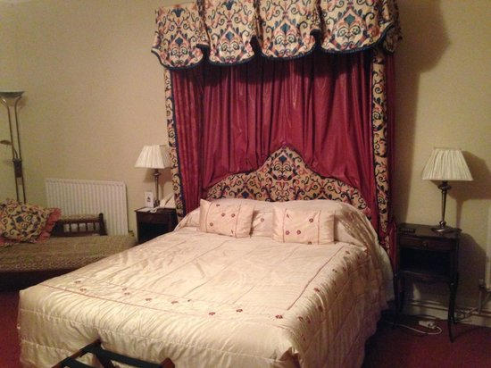 The Farmhouse at Redcoats: The bed in one of the rooms