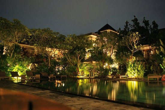 Sri Ratih Cottages: Night shot