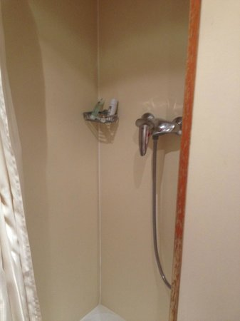 Best Western Hotel Ronceray Opera : I've seen larger showers on cruise ships. Ask for a room with a tub.