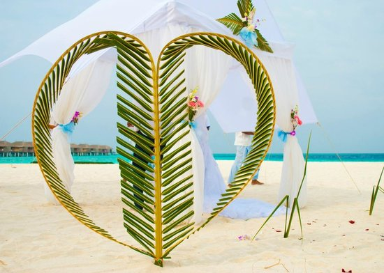 Constance Moofushi : Wedding ceremony on the beach