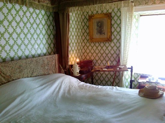 Grove Museum of Victorian Life: Four poster bedroom