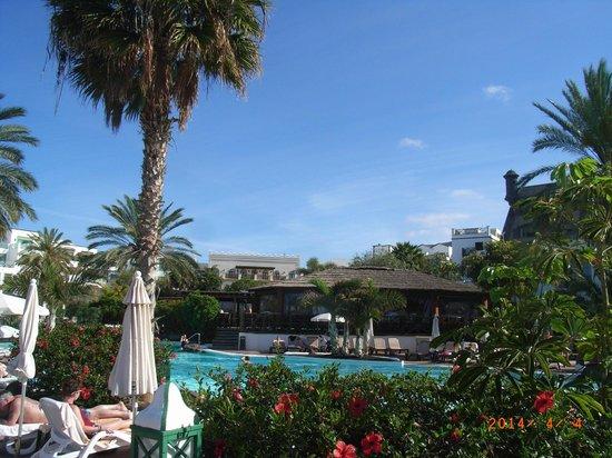 Dream Gran Castillo Resort: Main pool and bar and main buildings behind