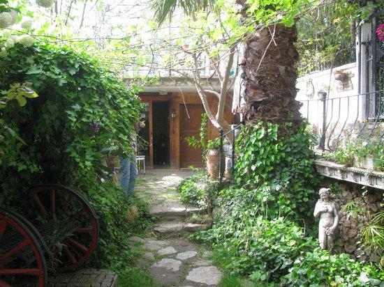 Hotel Sirince Evleri: Hotel's front garden