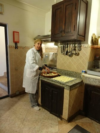 Riad lyla Marrakech : Fatima preparing breakfast