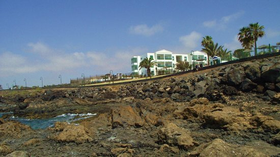 Blue Sea Costa Teguise Beach: View of Hotel from Beach