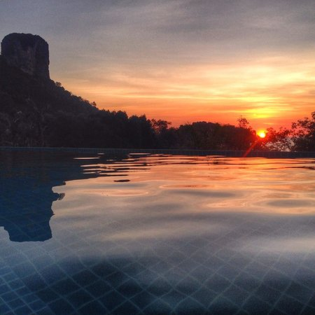 Railay Princess Resort & Spa : Sunrise from the pool