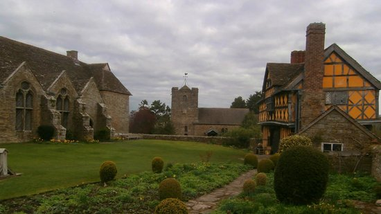 Stokesay Castle: Gatehouse and Hall from courtyard