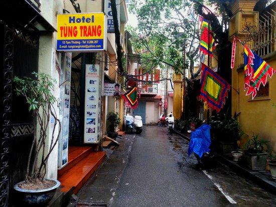 Tung Trang Hotel: Street