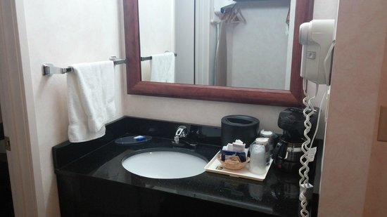 BEST WESTERN Cascadia Inn: Vanity area outside of bathroom