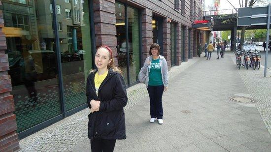 Hampton by Hilton Berlin City West: Outside Hotel