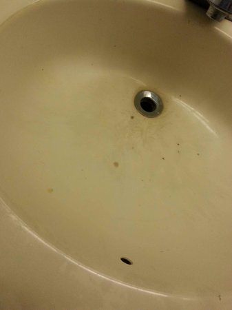 Knights Inn Indianapolis Airport South : rotten stained sink
