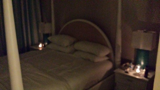 Rendezvous Resort: Candlelight lit by staff each night in room